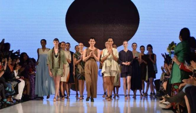 57f31b9b65464-oscar-lawalata-di-los-angeles-fashion-week-2017_663_382